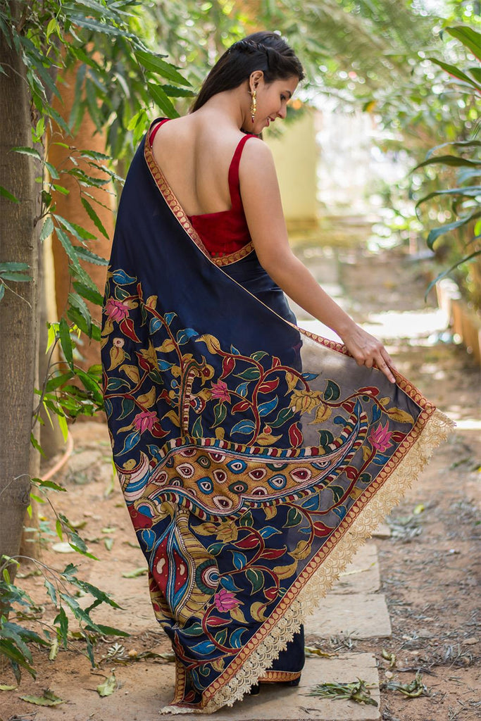 Navy blue crepe saree with handpainted Kalamkari cross pallu appliqué - House of Blouse