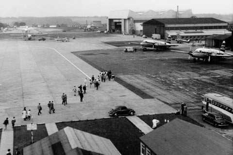 AUTAIR International Vickers Viking Passengers walking out from old terminal Luton -  6 x 4 Print AU026