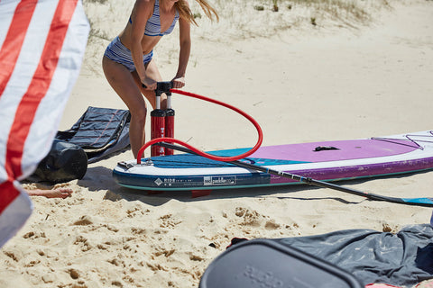 Anfänger SUP Red Paddle Ride mit Titan Pumpe am Strand