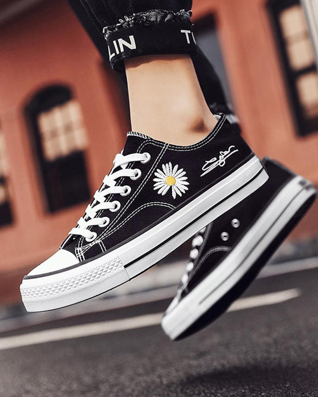 Daisy Embroidery Low Cut Lace-up Sneakers