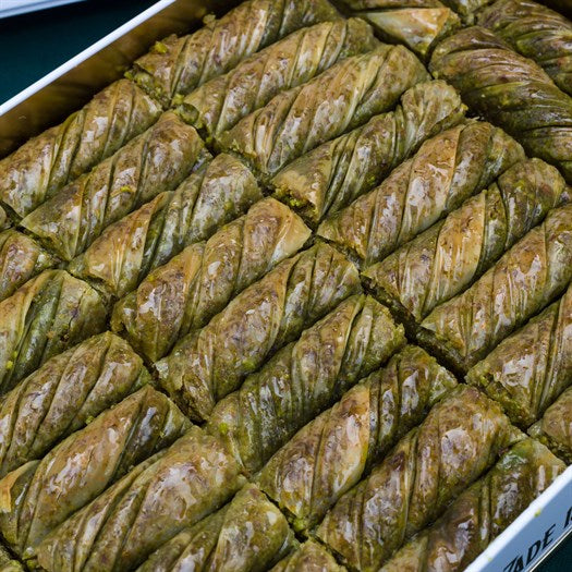 Pistachio Twister Baklava in Metal Gift Box 2kg (70.54oz) - TurkishTaste.com