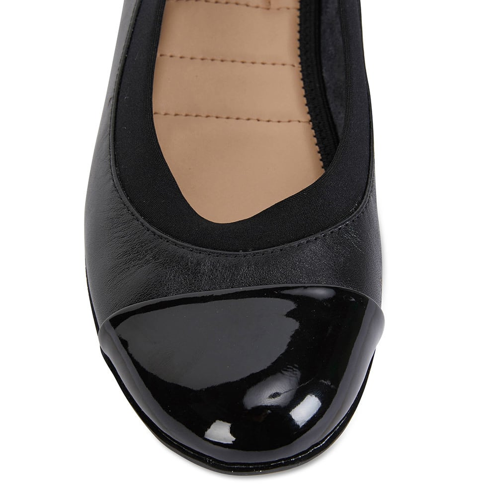 Nelson Flat in Black Leather