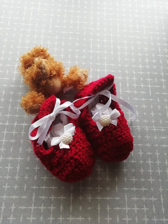 Cosy crochet baby shoes with bow & pearl & ribbon ties