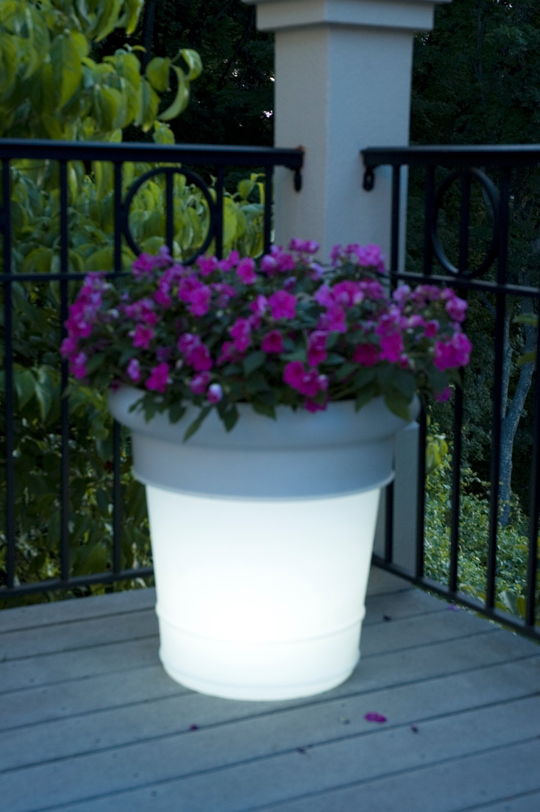 LED GardenGlo SOLAR Powered, Color Changing Planter 08861