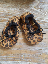 Load image into Gallery viewer, chausson cuir bebe tocoto vintage booties baby family affaire