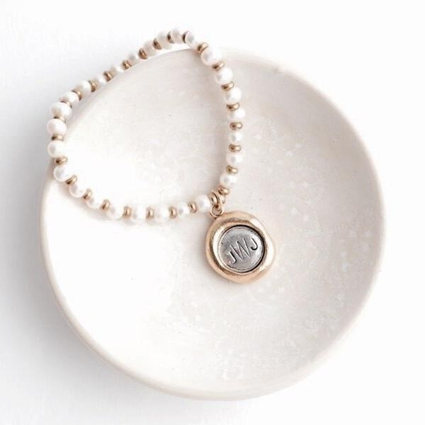 Lily pearl bracelet with monogram pendant