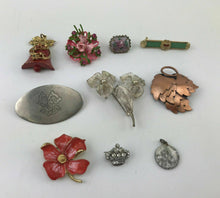 Load image into Gallery viewer, 9pcs ASSORTED COSTUME JEWELRY BROOCHES - LOT 3056