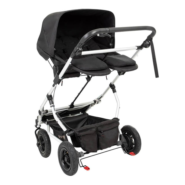 rear side view of the carrycot plus for twins in parent facing mode with the cosy toe cover removed_black