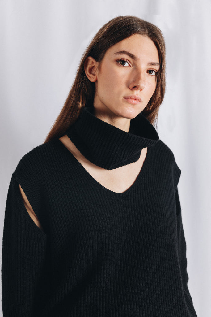 CUT OUT TURTLENECK SWEATER IN BLACK