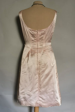 robe en satin rose pâle