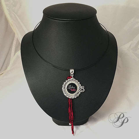 Collier Later's Baby avec velours rouge / Pendant Later's Baby with red velvet thread