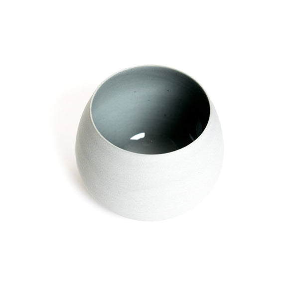 Swinging Cup grey  A hand-made porcelain cup with interior glaze by Hozanna Gomes da Costa: Holds 250 ml. Cup Paper & Tea