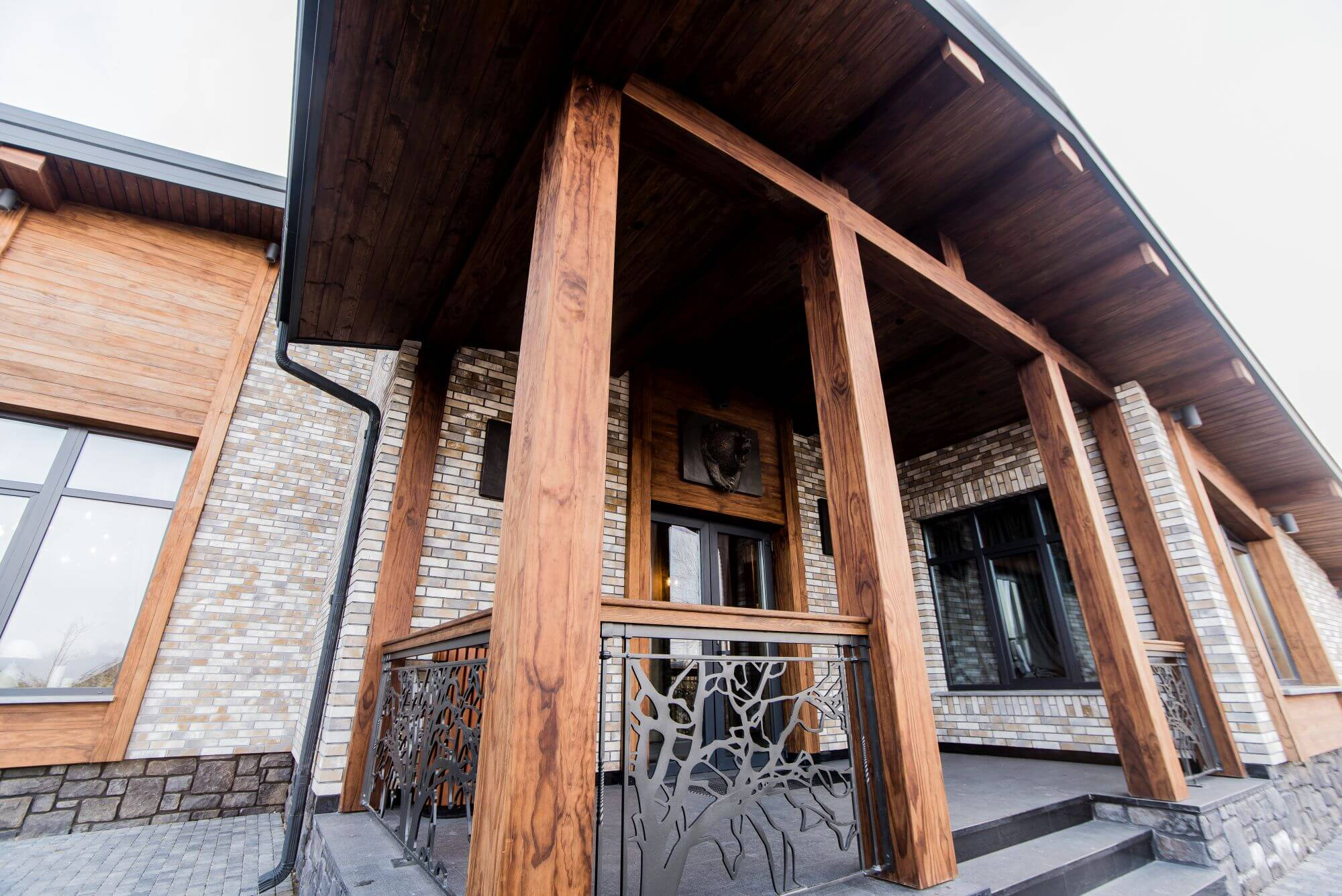 Front porch with wooden beams finished with Rubio Monocaot products.