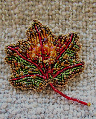 Handbeaded Maple Leaf Brooch Small/ Petite feuille d'erable