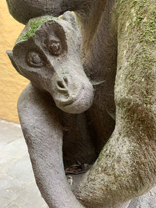 Gardensculpture in stone : Babymonkey with mother