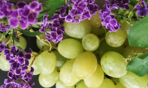 Grapes pitted green. We offer to buy the bunch, which weighs ~ 200 g