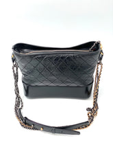 Laden Sie das Bild in den Galerie-Viewer, Chanel Gabrielle shoulder bag in black quilted leather