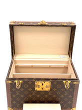 Laden Sie das Bild in den Galerie-Viewer, Louis Vuitton Beauty Case Monogram Canvas, Leder, goldfarbenes Metall