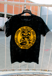 PLAYERA COBRA KAI LOGO MINERAL WASH
