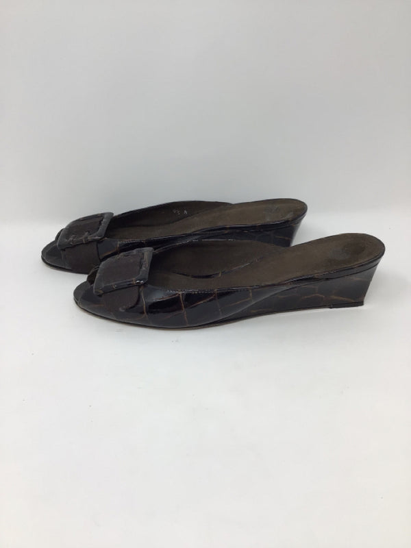 Stuart Weitzman Women's Size 9.5 Brown Embossed Patent Leather Slides