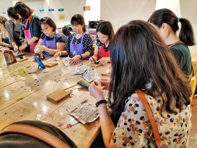 clay art workshop shaping sculpting