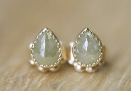 Beige Gray Drop Diamond ピアス