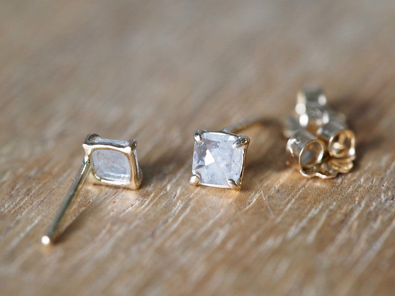 Natural White Square Diamond プロングピアス