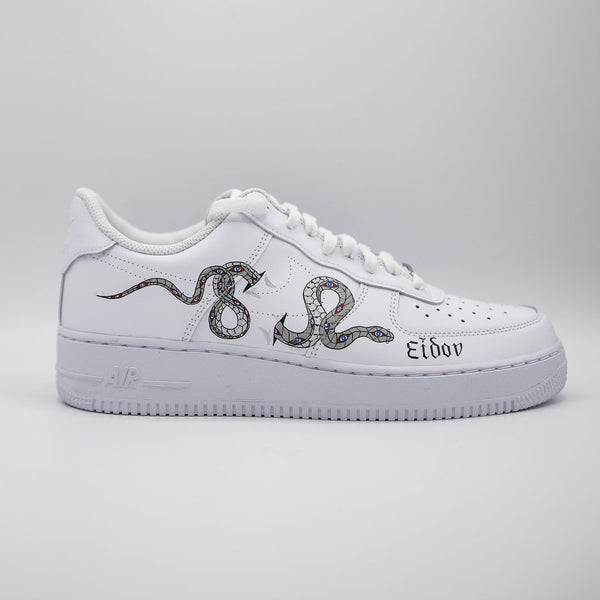 Una Nike Air Force 1 custom con un serpente fotografata di lato.
