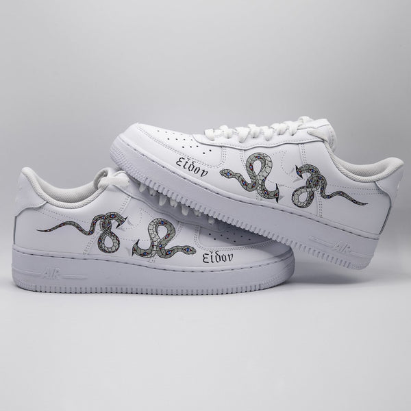 "Nike Air Force 1 custom modello ""Eidon"" che raffigura un serpente."
