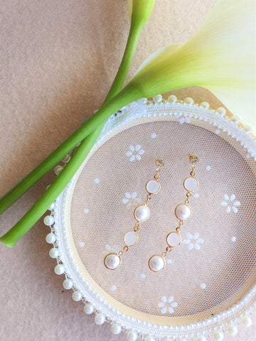TImeless long dangle earrings with pearls
