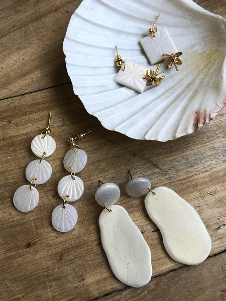 Alma Earrings in Gold Pearl