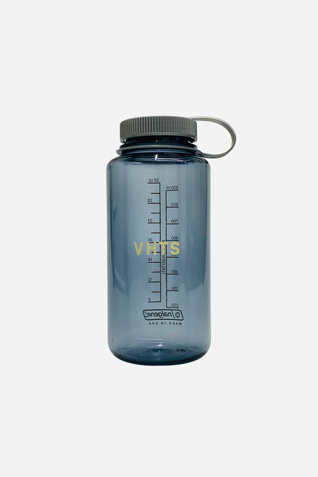 VHTS (Nalgene) WATER BOTTLE 32 OZ Smokegrey Tritan Wide Mouth 32oz by Nalgene This BPA-free water bottle is virtually indestructible and features a threaded and tethered lid   vhts europe