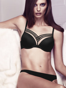 Model trägt den Dame de Paris Push Up BH von Marlies Dekkers