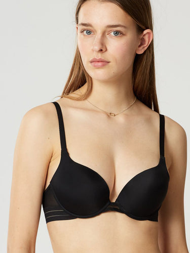 Modell trägt Nufit Push UP BH by Maison Lejaby