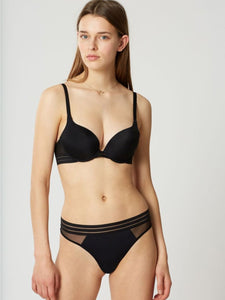 Modell trägt Nufit Push UP BH Set by Maison Lejaby