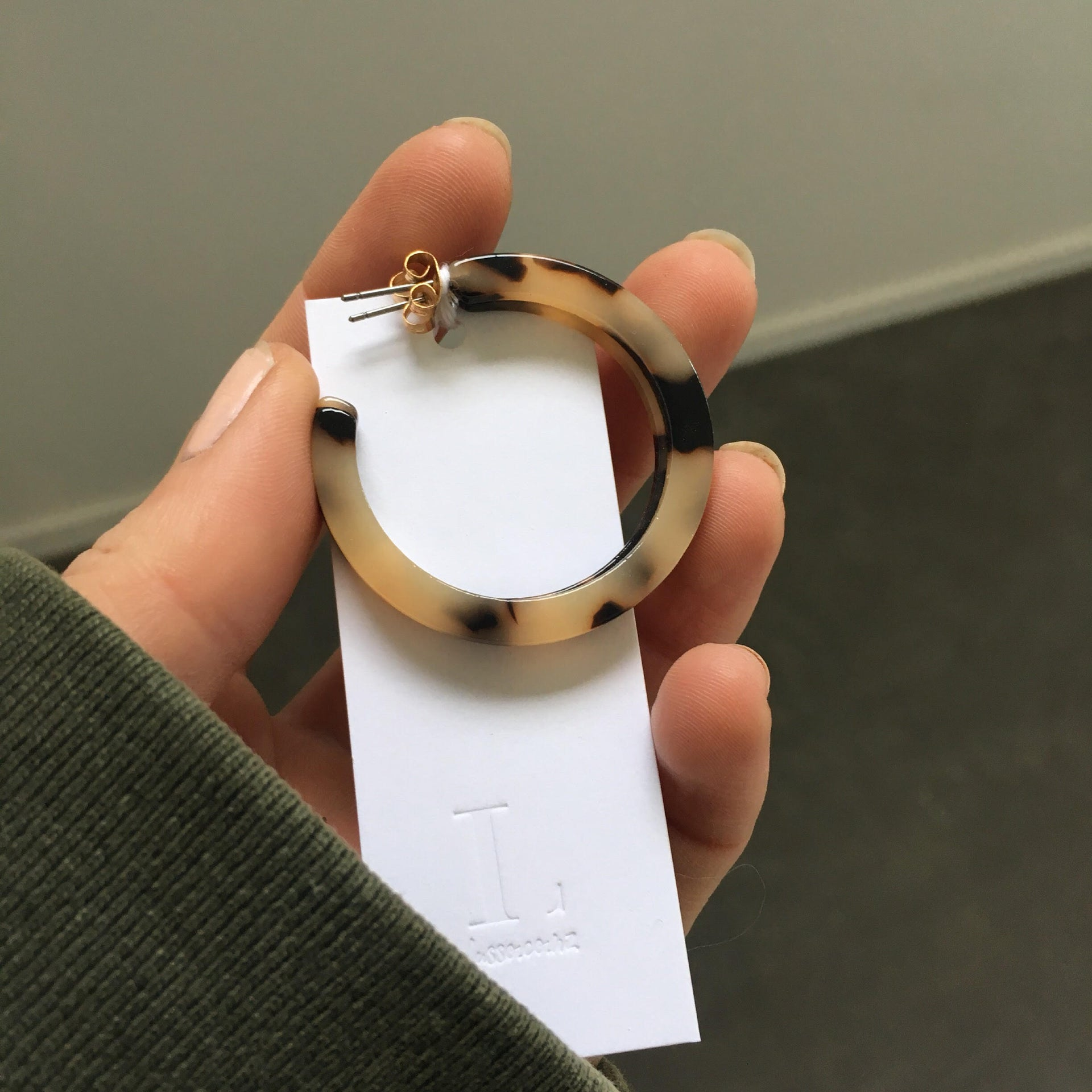 Light tortoiseshell hoop earrings