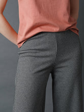 Load image into Gallery viewer, Indi & Cold James Houndstooth jaquard Tricot cropped trouser Grey and Black