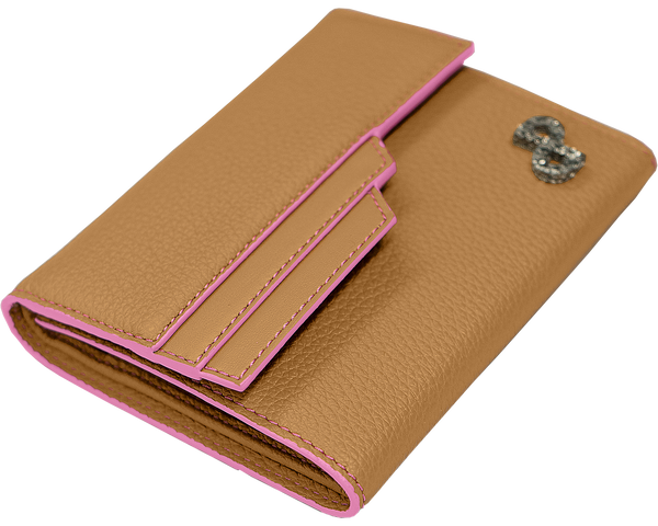 JULIA wallet in OYSTER is crafted in 3D hardware that elegantly adorns its front in gleaming look.