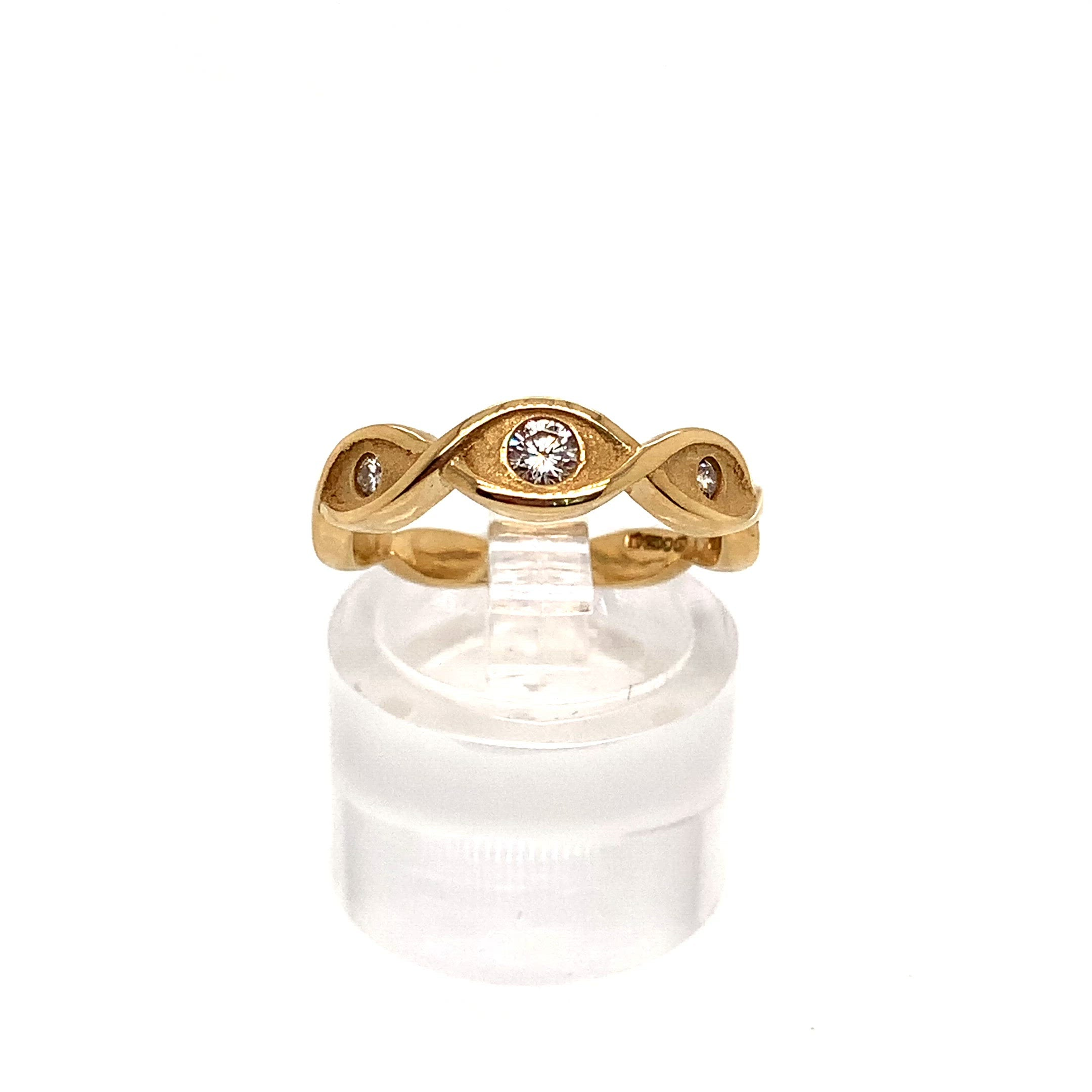 18ct Yellow Gold Celtic Twist Graduated Diamond 3 Stone Ring
