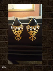 Black stone fish shaped earring with glass polki