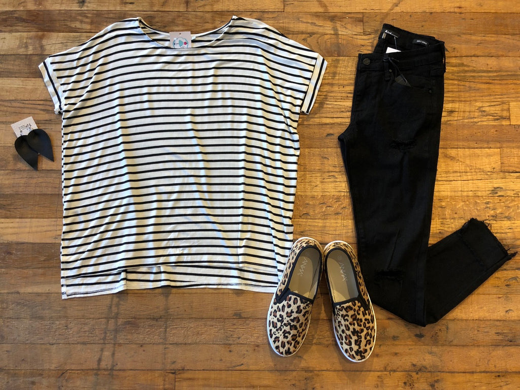 *BELLES & STEALS* Landon Basic Tee in White/Black
