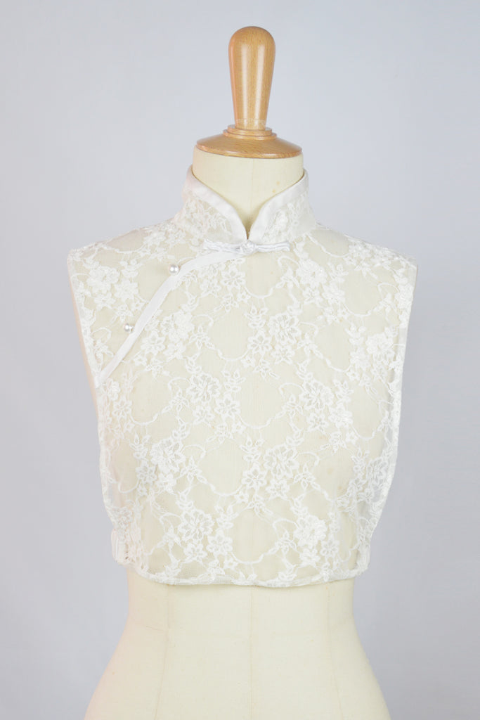 WHITE LACE - BIB WITH CHINESE KNOT BUTTON AN PEARLS - WHITE
