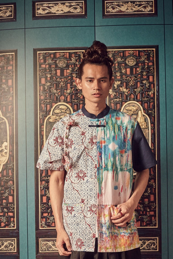PULUT TAI TAI PRINT AND  BLUE PANELS - MEN'S SHIRT WITH MANDARIN COLLAR AND KNOT BUTTONS - MULTI - Melinda Looi - Official Website