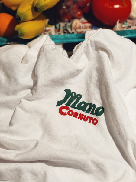 Mano Cornuto *SPIA CONTRO SPIA* White T-Shirt (Red/Green)