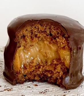 Honey cake stuffed with dulce de leche
