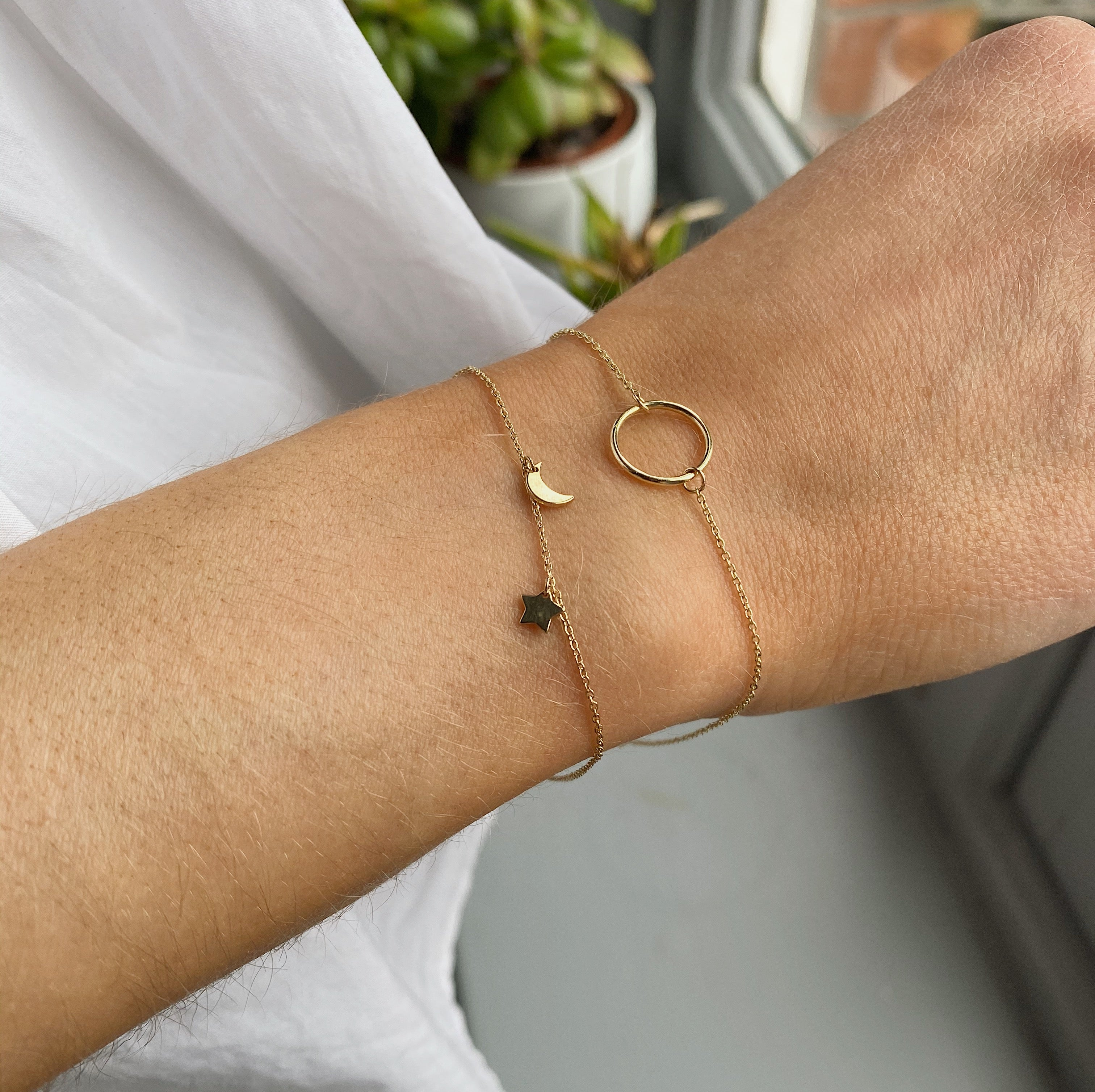 9kt Gold Floating Circle Bracelet