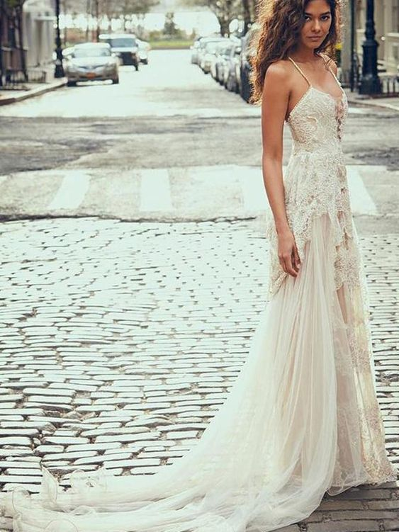 Elegant Spaghetti Straps Tulle Beach Wedding Dress Lace Appliques Bridal Dresses