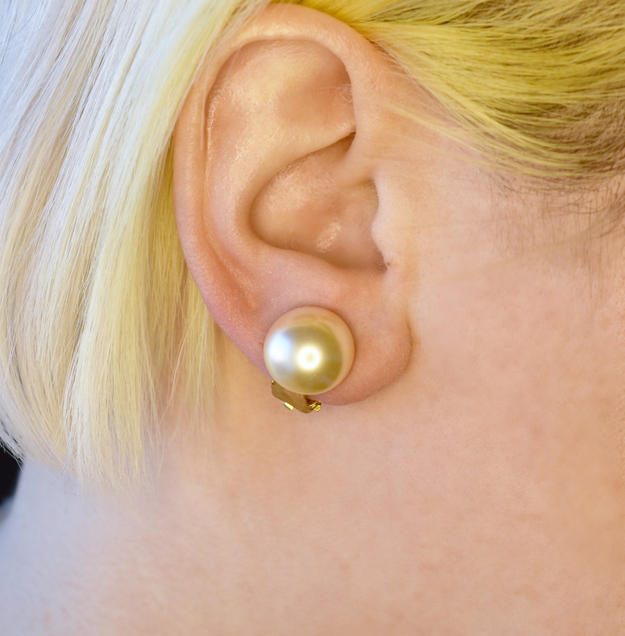 Mallorca Pearl Clip-on Earrings | 14mm off-white half pearl | gold plated leverback closure | 1 Pair