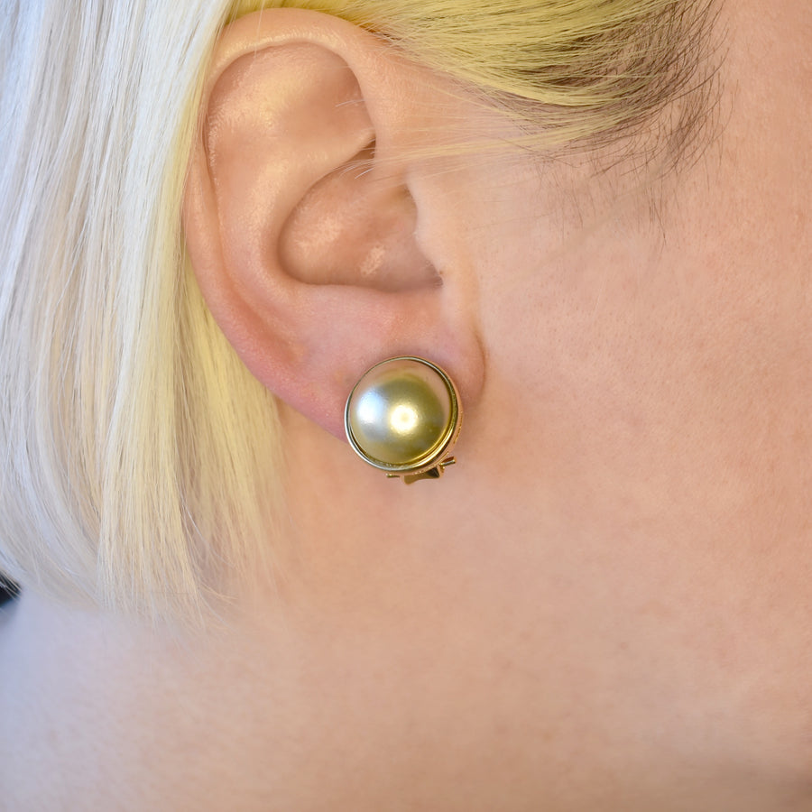 Mallorca Pearl Clip-on Earrings | 16mm off-white half pearl bezeled | gold plated leverback closure | 1 Pair
