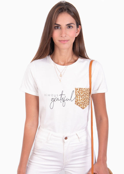 Camiseta cuello redondo color blanco con estampado manga corta y bolsillo animal print leopardo para mujer Flashy